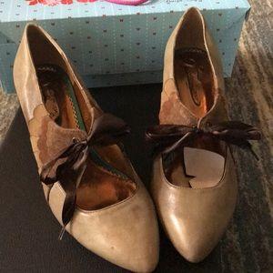 Shoes tan pumps